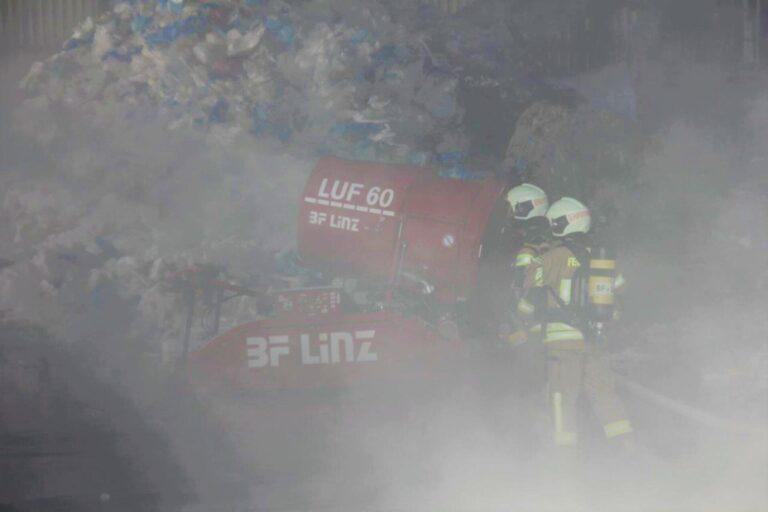 LUF 60 in Muellverbrennungsanlage Rauch Einsatz Linz