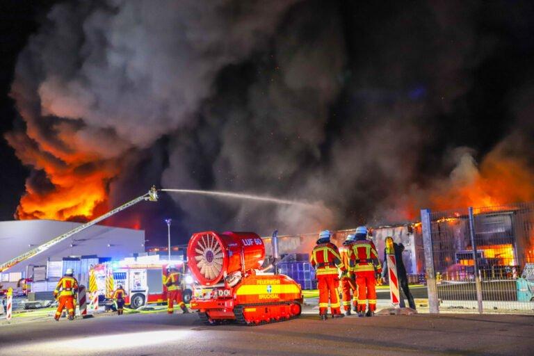 Großbrand in kunststoffverarbeitender Firma