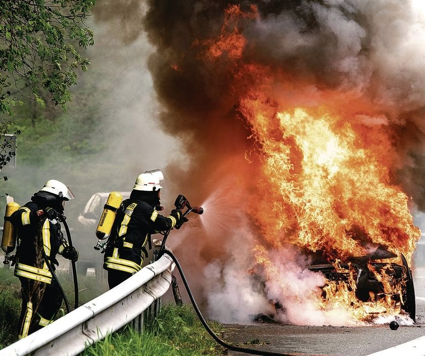 How the fire brigade extinguishes burning e-cars (german)